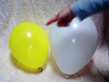 黄色い風船と白い風船
